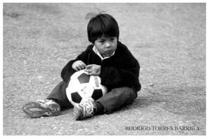 Nen jugant amb pilota